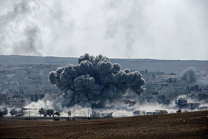 Siriaren menpeko Kobane hiri kurdoan borrokak YPG Herriaren Babeserako Unitateen eta IS Estatu Islamikoaren artean. /