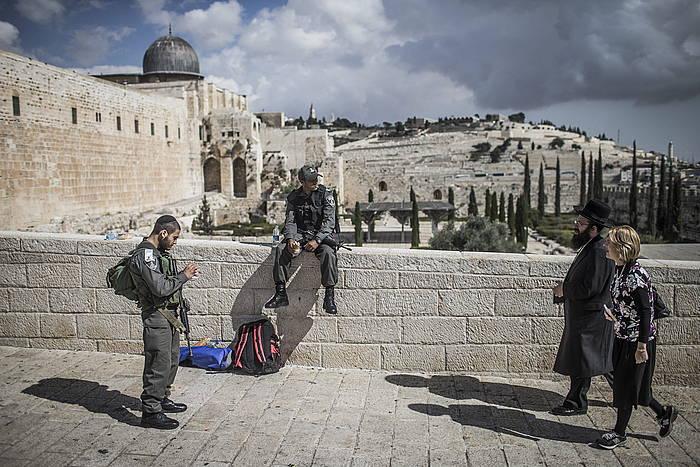 Musulmanentzako leku sakratua den Meskiten Zelaia itxi zuen asteazken gauean Israelek. Berriro ireki du, baina sarrera mugatuz.