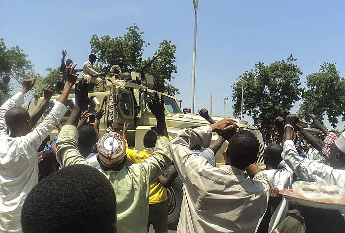Nigeriako herritarrak, Boko Haram taldeari aurre egindako soldaduak animatzen, pasa den irailean.