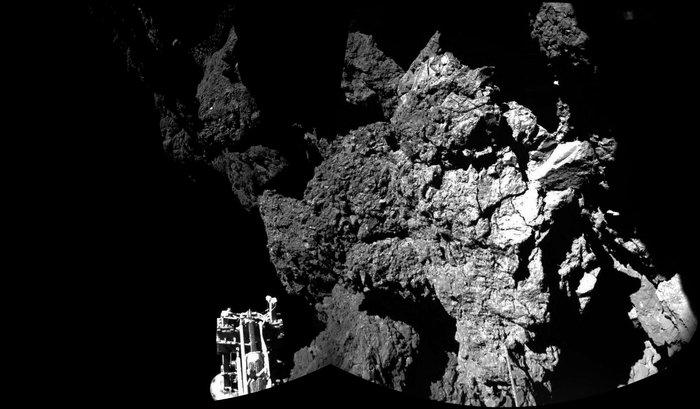 Zundak kometaren azaletik bidali duen lehen argazkia. Zunda bera ikusten da. /