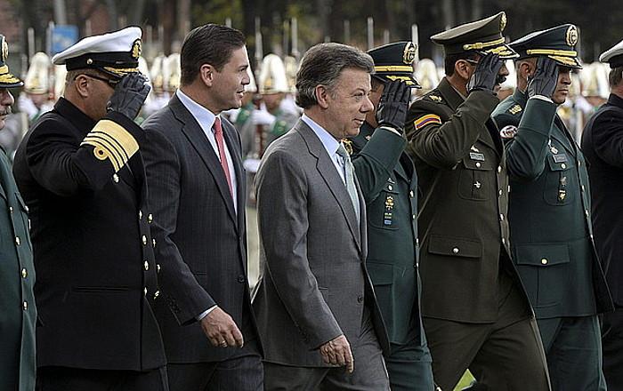 Juan Manuel Santos Kolonbiako presidentea eta Juan Carlos Pizñon Defentsa ministroa, joan den asteko ekitaldi batean.