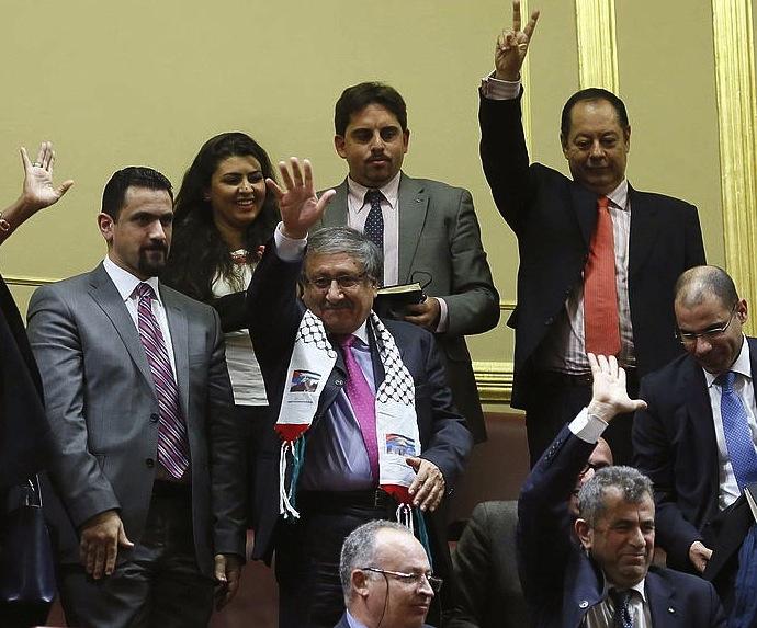 Palestinako ordezkariak Espainiako Kongresuan, ebazpena ospatzen.