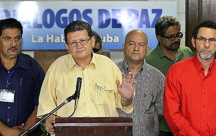 Jorge Torres Victoria 'Pablo Catatumbo', azalpenak ematen, atzo, Habanan, FARCeko negoziatzaileen taldeko kideekin.