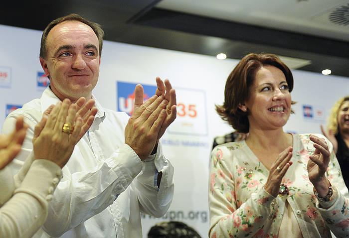 Jose Javier Esparza eta Yolanda Barcina, gaur gauean, Iruñean, UPNren Kontseilu Politikoaren erabakia jakin ostean.