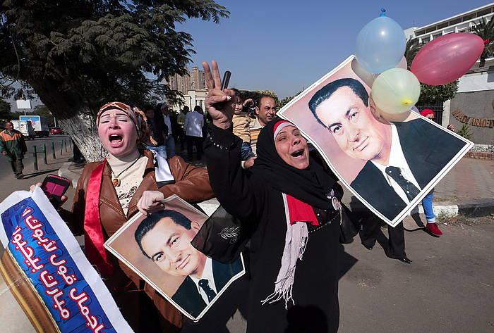 Mubaraken aldekoak, Kairon, epaitegiaren erabakia ospatzen. /