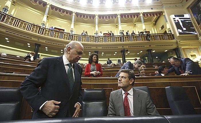 Jorge Fernandez Diaz Espainiako Barne ministroa eta Rafael Catala Justiziakoa, Kongresuan.