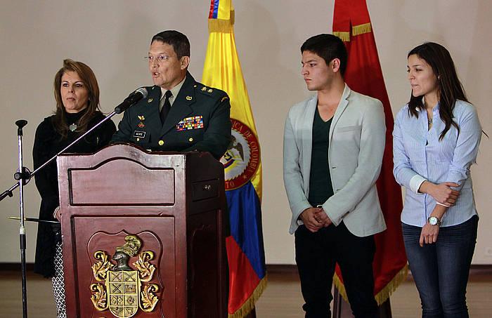 Ruben Dario Alzate jenerala, armada uzteko erabakiaren berri ematen. /
