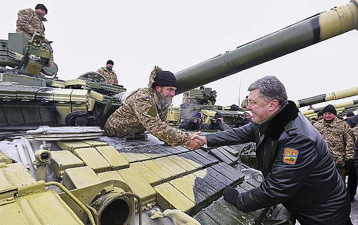 Petro Poroxenko Ukrainako presidenteak ekialdeko Kharkiv eskualdeko base militar bat bisitatu zuen asteburuan.