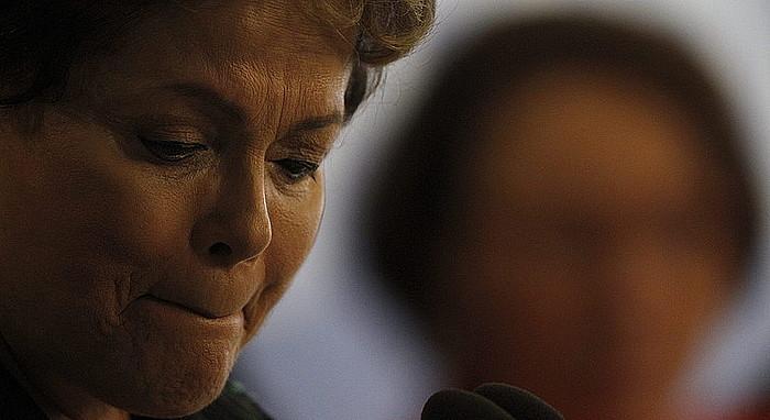 Dilma Rousseff presidentea, negarrez, Egiaren Batzordearen txostena jasotzeko ekitaldian, atzo, Brasiliako Planalto jauregian.