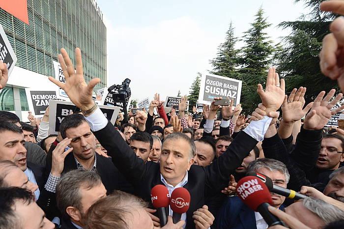 Ekrem Dumanli Zamam egunkariko edizio arduraduna, atxilotuta daramatela.