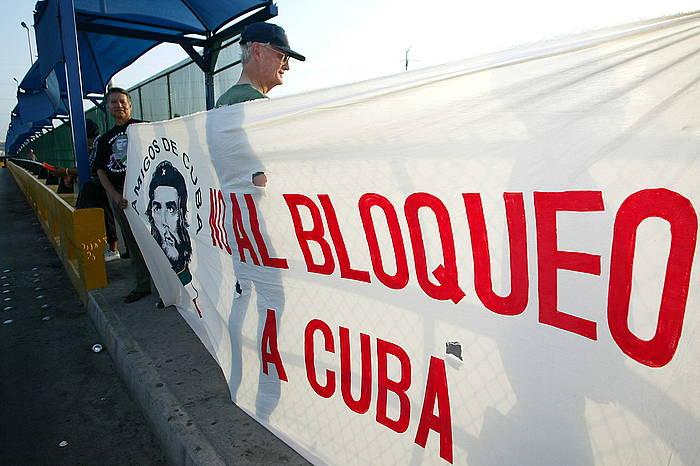 Protesta bat Mexikon, Kubarekiko blokeoa amaitzeko eskatuz.