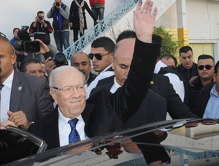 Essebsi, botoa eman ostean, jarraitzailez inguratuta.
