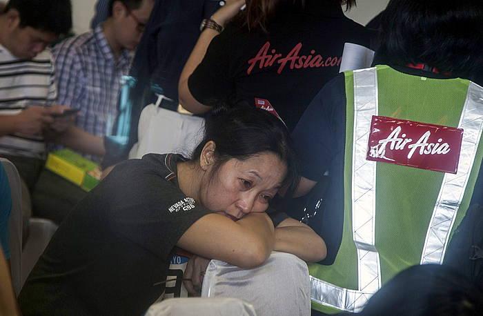 Air Asiako langileak eta desagertutako hegazkinean zihoazenen senideak, informazio zain.