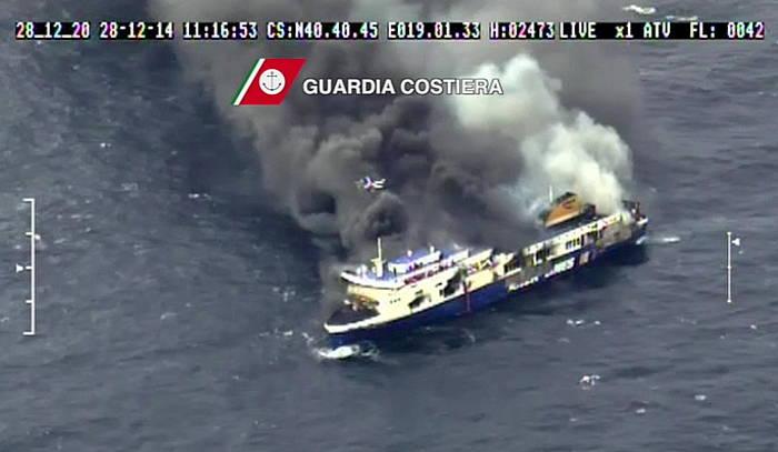 Italiako erreskate taldeek 'Norman Atlantic' ferryari eginiko argazkia.