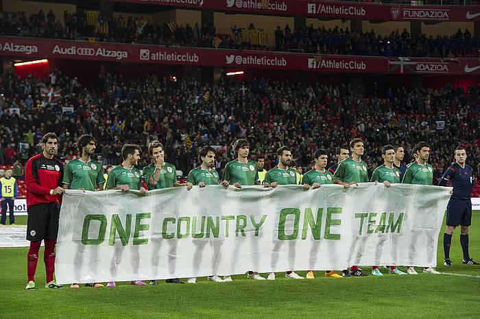 Euskal selekzioko jokalariak ÑOne country, One team' (Herri bat, talde bat) lelodun pankartarekin, Kataluniaren aukako partida hasi aurretik.