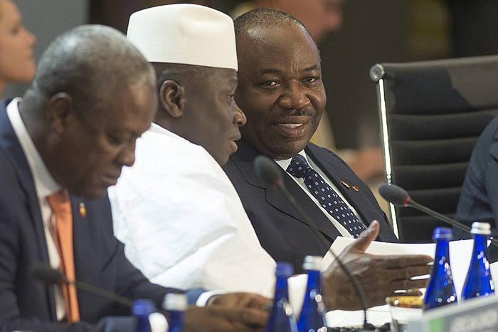Yahya Jammeh Ganbiako presidentea, Gabongo presidente Ali Bongo Ondimbarekin hizketan, artxiboko irudi batean.