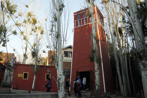 Villa Grimaldiko dorrea, Santiagon. Tortura eta atxilotze gunea izan zen Pinocheten diktadura garaian, memoria gune da egun./