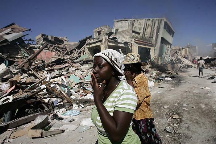 Bi emakume Port-au-Princeko erdigunean. HIria suntsitu zuen 2010eko lurrikarak.