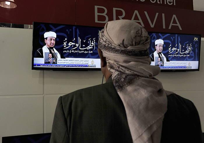 Yemendar bat, telebistari begira, saio batean aldarrikapenaz ari direla. /