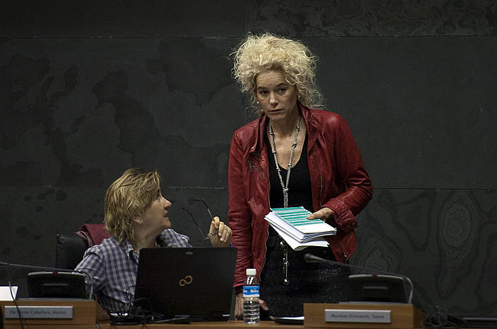 Maria Victoria Arraiza PSNko parlamentaria (zutik), artxiboko irudian.