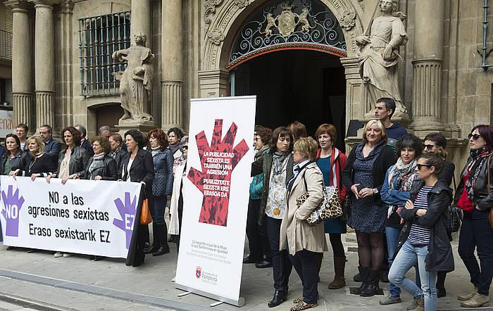 Protesta egin dute Iruñeko udaletxe atarian. ©Jagoba Manterola / Argazki Press