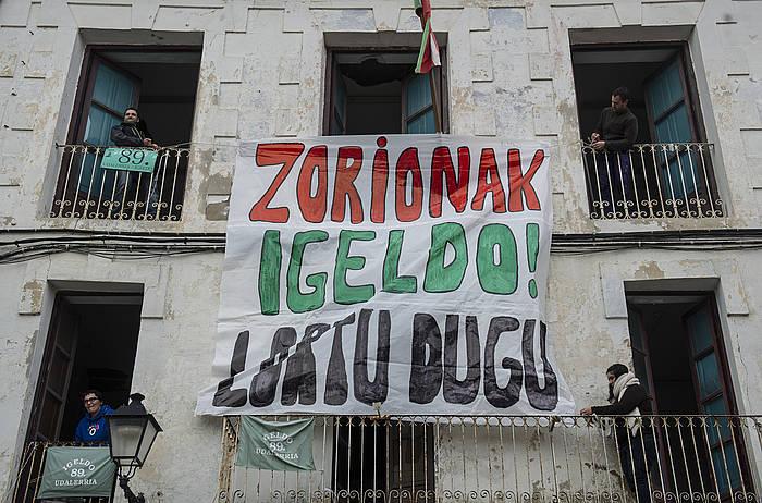 Galdeketaren biharamunean, emaitza ospatzeko pankarta. / ©Jagoba Manterola, Argazki Press