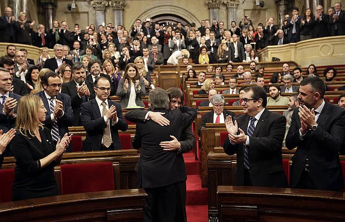 Artur Mas eta Carles Puigdemont, elkar besarkatzen inbestidura saioa hasi aurretik.