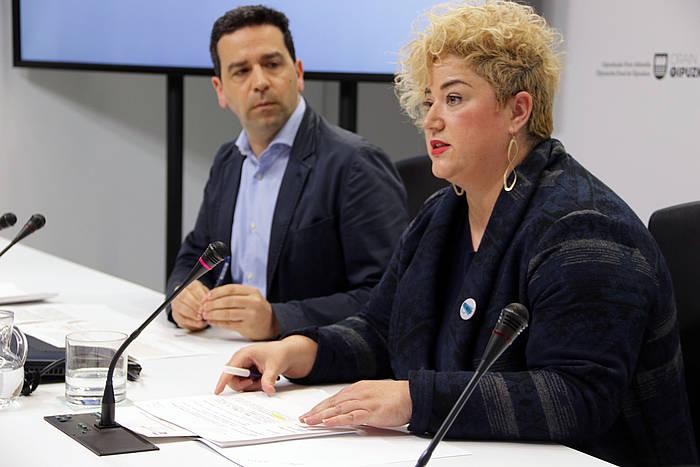 Imanol Lasa bozeramailea eta Maite Peña diputatua, gaurko agerraldian.