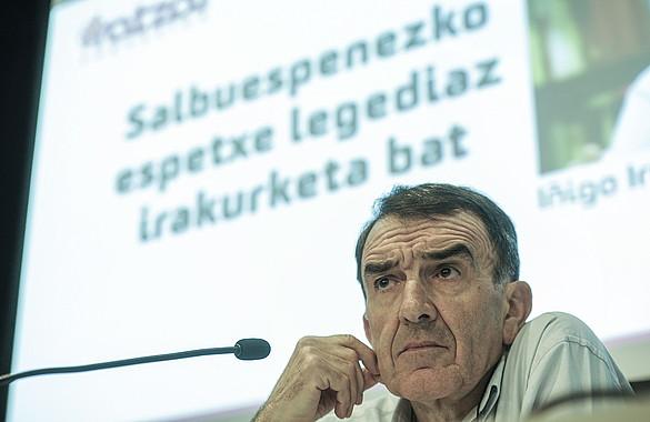 Iñigo Iruin abokatua, ostegunean, Sorturen Iratzar fundazioaren egoitzan emandako hitzaldian. ©Jon Urbe, Argazki Press