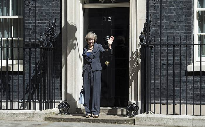 Theresa May lehen ministro berria, Downing Streeteko 10. zenbakian.