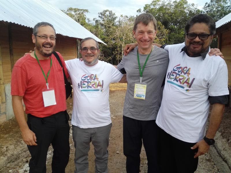 Urko Aiartza (Sortu), Rodrigo Londoño Echeverri 'Timochenko' (FARC-EP), Rufi Etxeberria (Sortu) eta Luciano Marin Arango 'Ivan Márquez' (FARC-EP).