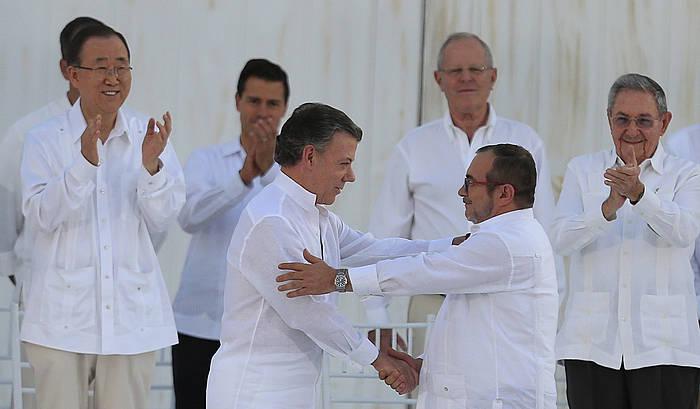 Juan Manuel Santos eta Rodrigo Londoño 'Timochenko', elkarri eskua ematen.