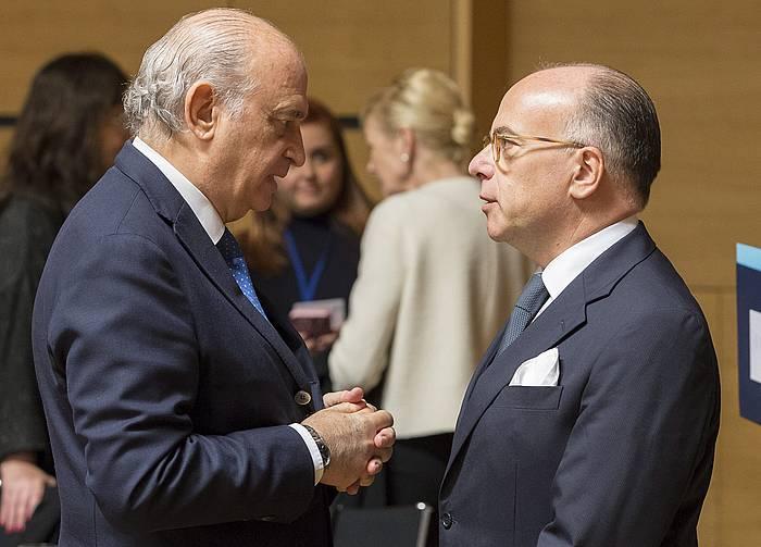 Jorge Fernandez Diaz eta Bernard Cazeneuve Espainiako eta Frantziako Barne ministroak, Luxenburgon. ©JULIEN WARNAND / EFE