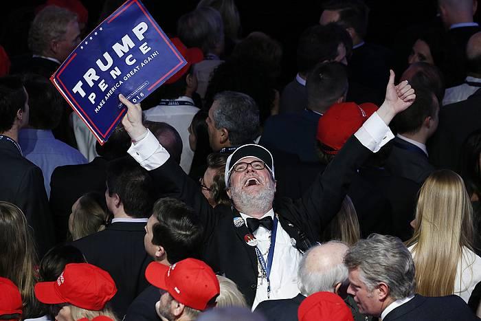 Donald Trumpen zale bat, emaitzak ospatzen.