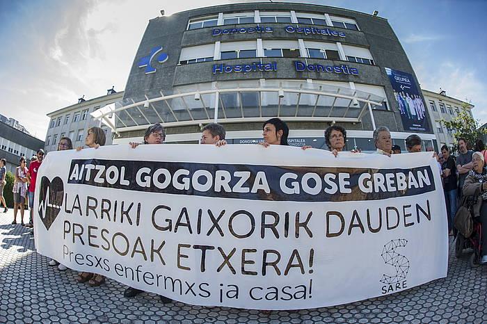 Gogorzaren aldeko bilkura bat, Sarek deituta, Donostiako ospitalean. /