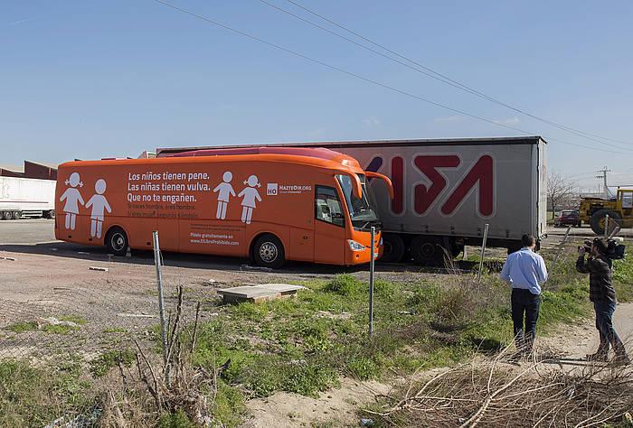 'HazteOir.org'-ren autobusa Madril kanpoaldean, geldirik.