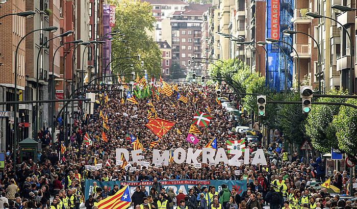 Bilboko Autonomia kalea jendez gainezka, gaurko manifestazioan.