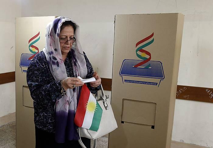 Emakume kurdu bat bozkatzen, gaur, independentzia ereferendumean.