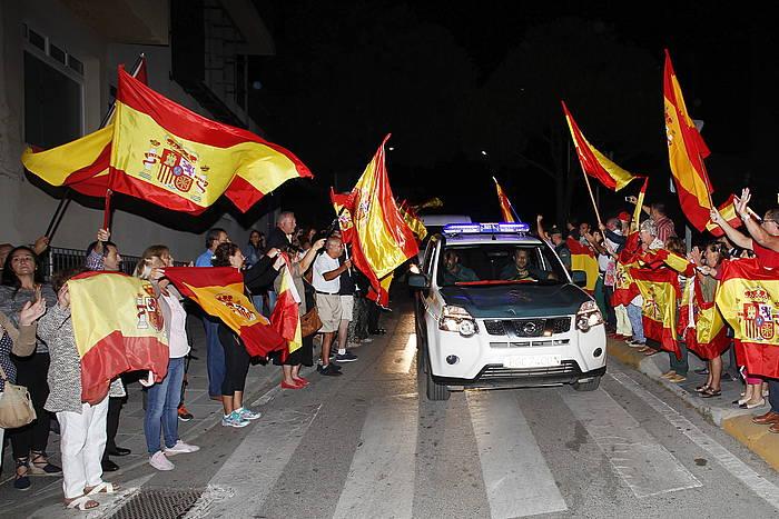 Guardia Zibila Algecirasko kuarteletik irteten, Kataluniara bidean, hamarnaka herritarren babesarekin.