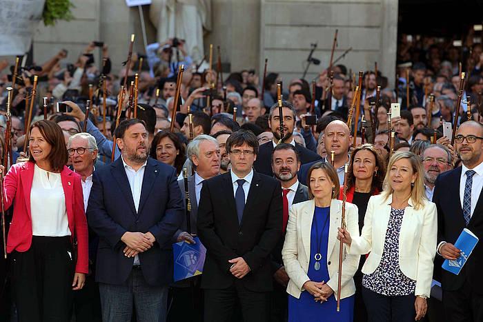 Erreferendumaren aldeko Kataluniako alkateak, Kataluniako gobernuko eta parlamentuko agintariekin, joan den irailaren 16an, elkarretaratzean. ©Toni Albir / EFE