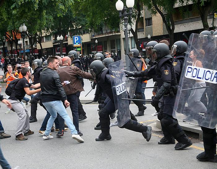 Espainiako Polizia erreferendumaren aldeko herritarren kontr oldartuta, Tarragonan.