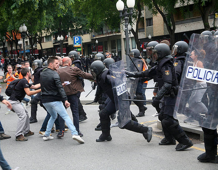 Espainiko Polizia Tarragonako ikastetxe batean heutetsontziak babesteko bildutako herritarrei oldartzen. /