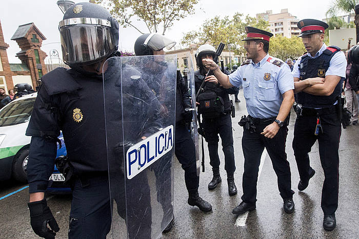 Espainiako poliziak eta mossoak, igandean, L'Hospitaleten mokoka, jazarpena dela eta. /