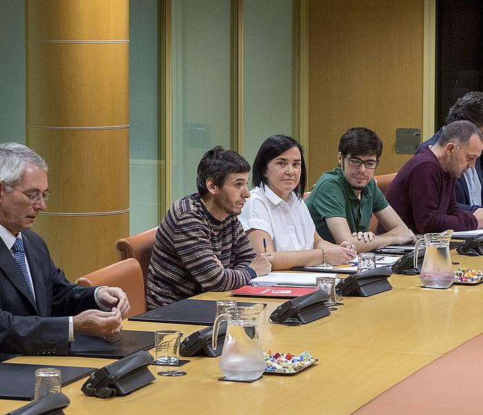 PP, Elkarrekin Podemos eta EH Bilduko hainbat ordezkari, lantaldean. / ©Juanan Ruiz, Argazki Press