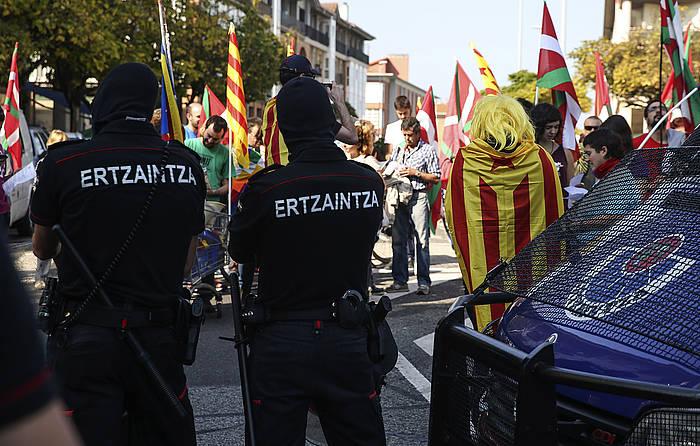 Bi ertzain, Kataluniako prozesu subiranistaren aldeko manifestazio baten aurrean, joan den urriaren 12an, Donostian. / ©Javier Etxezarreta, EFE