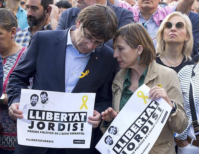 Carles Pudemont eta Carme Forcadell, joan denlarunbateko manifestazioan, Bartzelonan. / ©Enric Fontcuberta, EFE