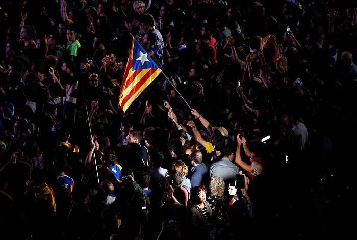 Parlamentuaren kanpoaldean bildutakoak, independentzia deklarazioa ospatzen. /
