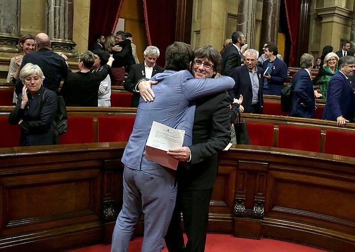 Puigdemont, beste diputatu batekin, emaitza ospatzen. /