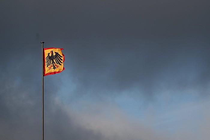 Alemaniako Gobernuko eraikin ofizial batean kokatutako Alemaniako banderari atzo Berlinen egindako argazkia. / ©Clemens Bilan, EFE