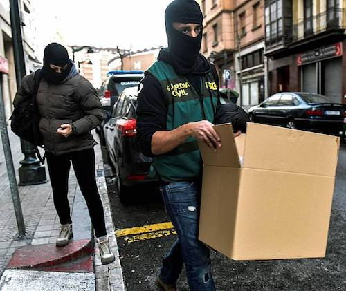 Guardia Zibila Bilboko etxe bat miatzetik irteten, sexu esplotazioaren kontrako operazioan. / ©Miguel Toña, EFE